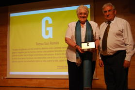 Teresa San Román receives the FSG Prize from the hands of Pedro Puente, President of the FSG.