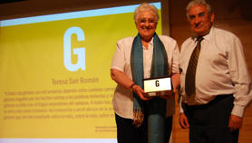 Teresa San Román received the FSG Prize from the hands of the President of the FSG, Pedro Puente